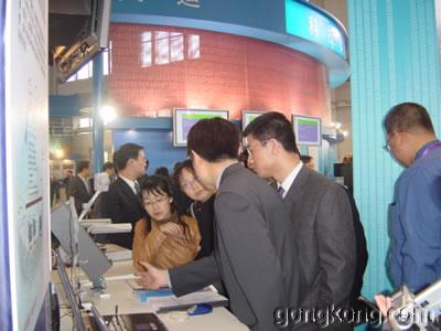 安控公司和亚控公司的技术工程师在向与会来宾进行产品介绍及技术答疑