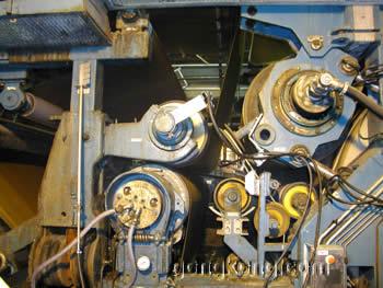 精确的拉力控制对纸板生产线上的驱动装置是非常重要的。为了防止板纸撕破,系统的驱动装置的速度必须是准确的。